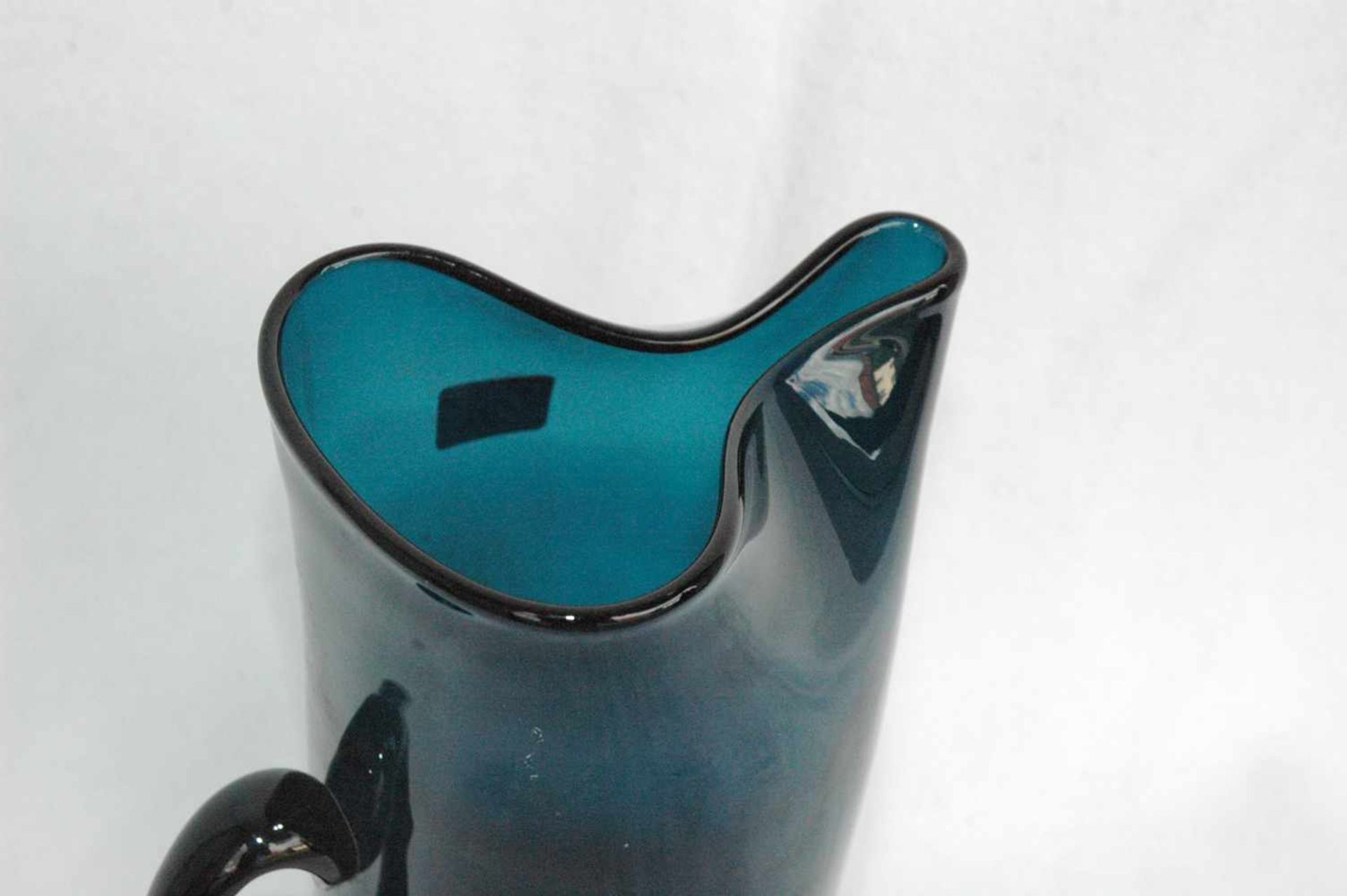 Blaue Glaskanne, Abriß ausgeschliffen, Günche gedrückte Form, h= 25 cm - Bild 3 aus 4