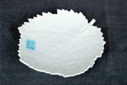 Anbieteschälchen in Blattform, KPM-Zeptermarke, Weißporzellan, Dm. 18 cm