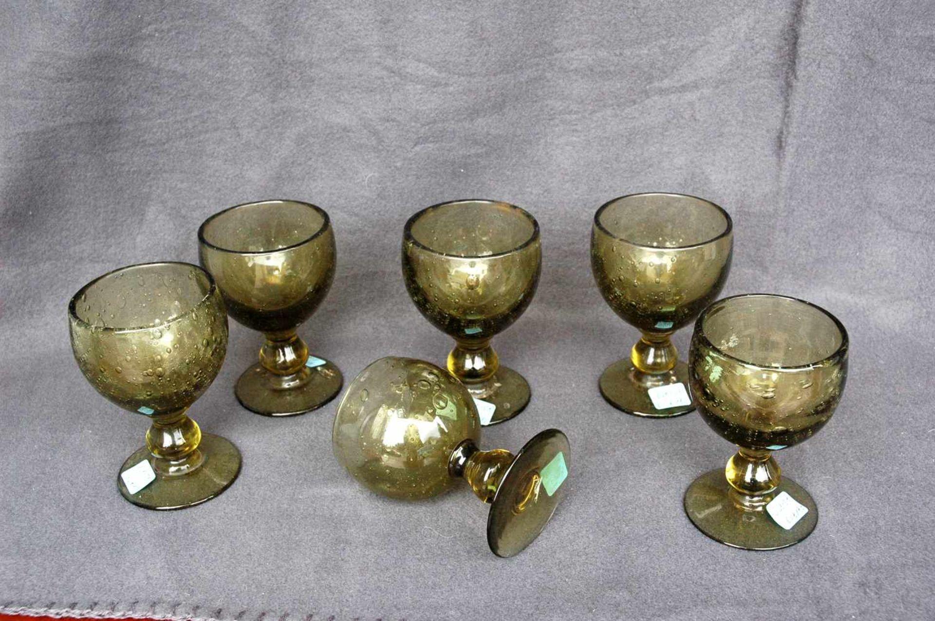 6 Weingläser, gelb-grünliches Glas mit Lufteinschlüssen, Abriß ausgeschliffen - Bild 2 aus 3
