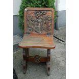 Holzhocker mit umklappbarer Lehne, Rücken mit Wappen, Wangen mit Bourbonenlilie, h= 48 cm