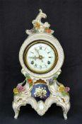 Porzellan-Uhr, Ernst Bohne Söhne, kobaltblau mit Golddekor, aufgesetzte Blümchen, h= 34 cm,