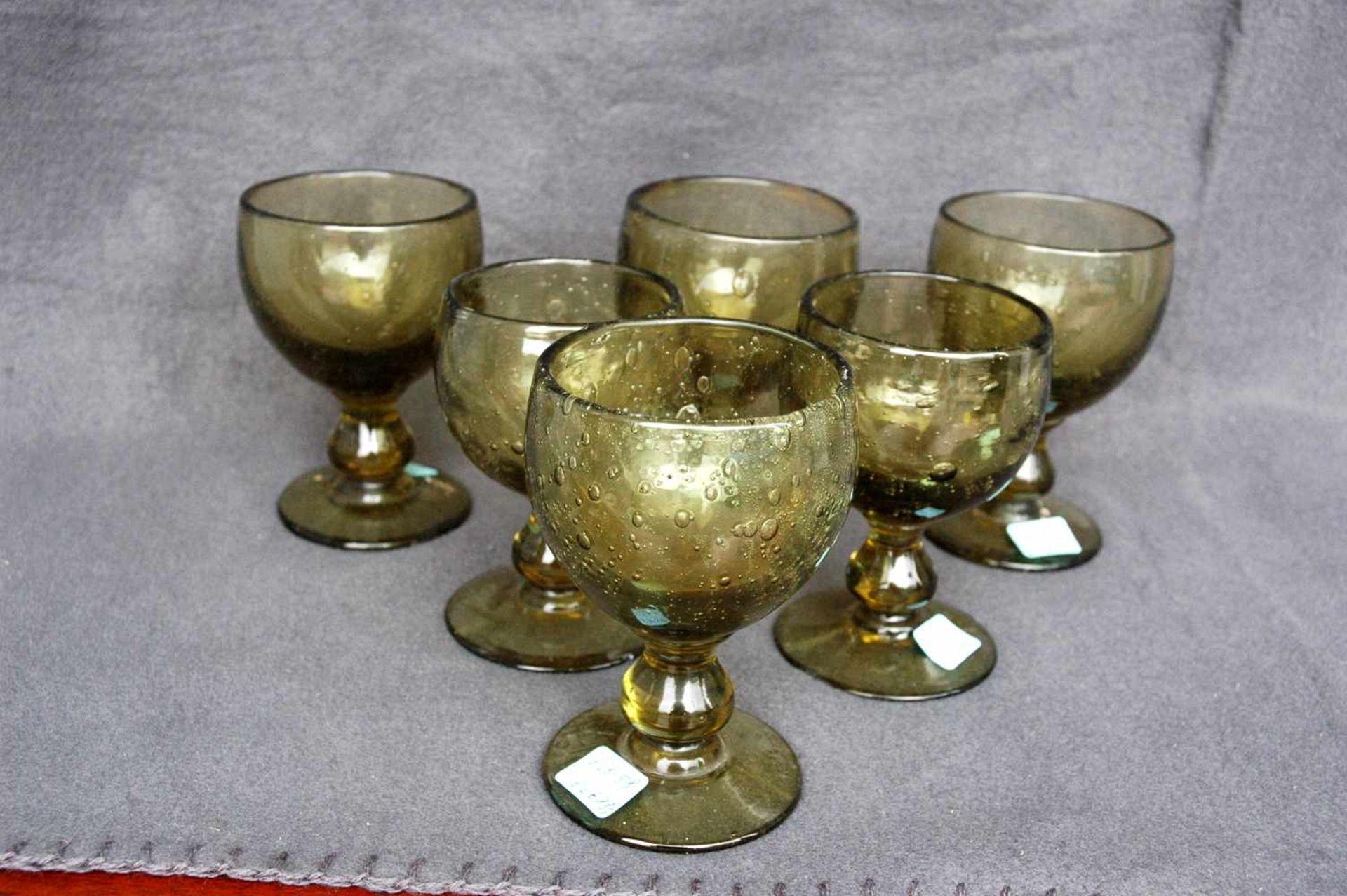 6 Weingläser, gelb-grünliches Glas mit Lufteinschlüssen, Abriß ausgeschliffen