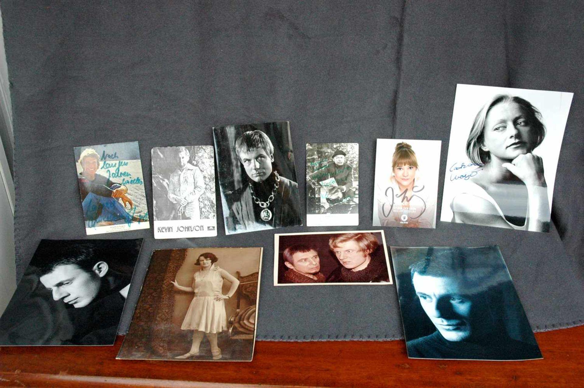 7 Autogramm-Karten: Kevin Johnson, Amadeus August, 2x ?, Wolfgang Völz, Catharine Weyer (?), Julia