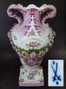 Große Amphoren-Prunkvase.Große Amphoren-Prunkvase. Um 1900.Farbige Bemalung mit Bukett und