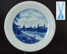"""Wandteller.Wandteller. MEISSEN, nach 1954. 1. Wahl. Weißporzellan, unterglasurblaues Dekor """"Dresden,"""