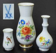 Dreier Satz Vasen. Dreier Satz Vasen. MEISSEN nach 1954. Verschiedene Formen und Dekore. 1) Kleine