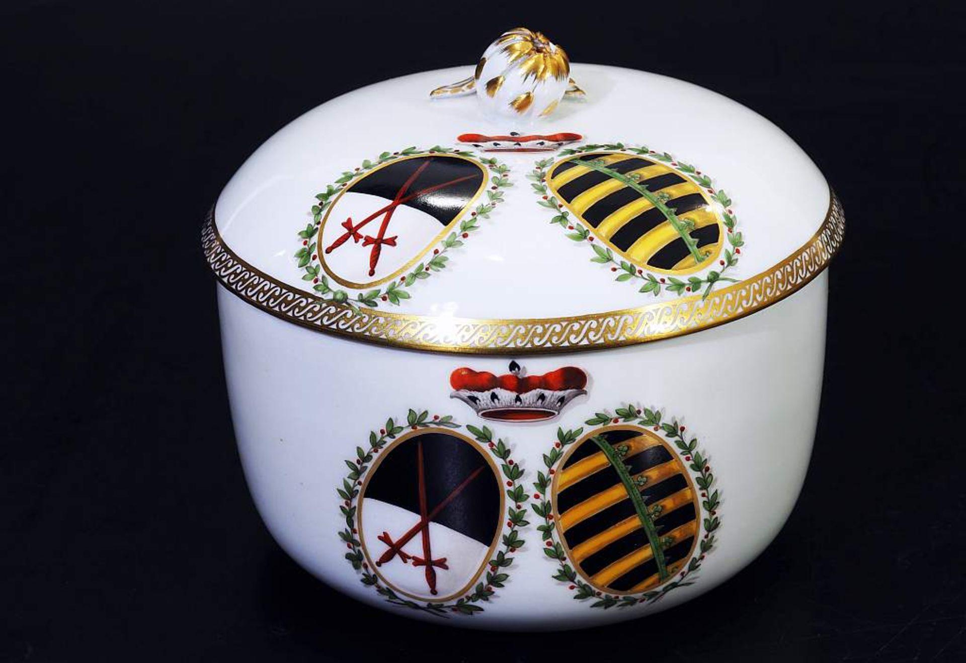 Los 40 - Marcolini Wappen-DeckeldoseMarcolini Wappen-Deckeldose. MEISSEN 1774 - 1814. Zylindrische Form,