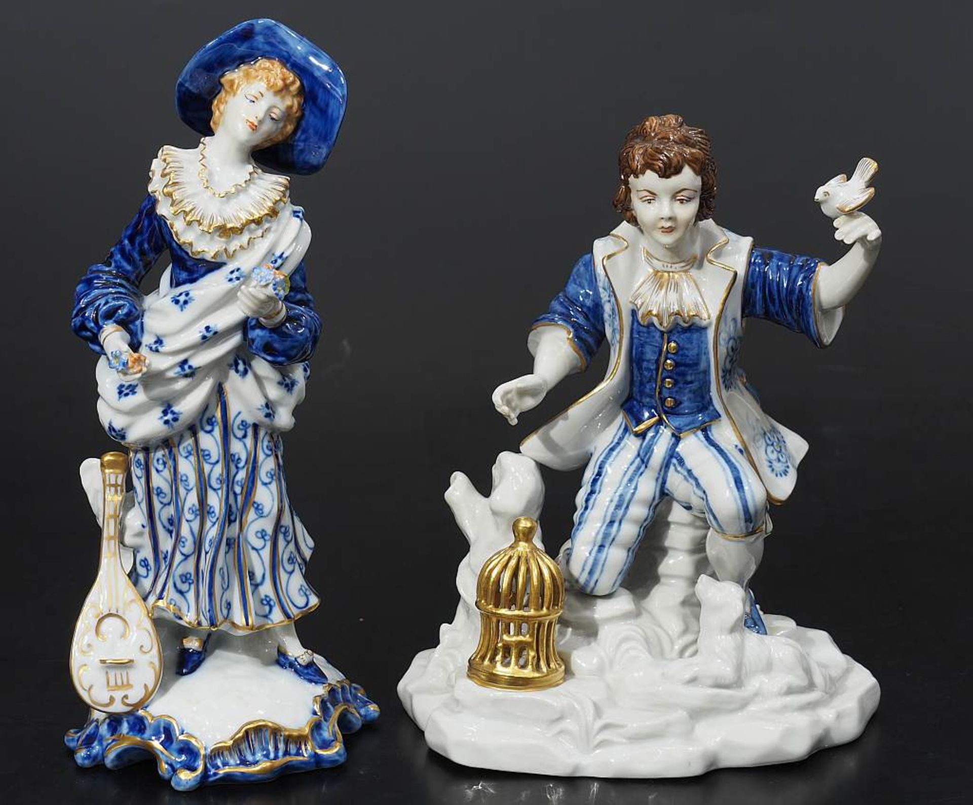 Los 38 - Zwei FigurenZwei Figuren. 1) Figurengruppe Capo-de-Monte, Knabe auf Felssockel, auf seiner linken