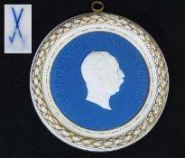 """Porträt-Relief """"Albert, König von Sachsen"""". Meissen um 1900, 1. Wahl. Porträt-Relief """"Albert,"""