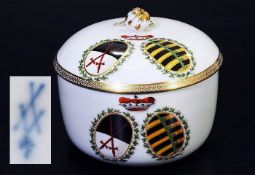 Marcolini Wappen-DeckeldoseMarcolini Wappen-Deckeldose. MEISSEN 1774 - 1814. Zylindrische Form,
