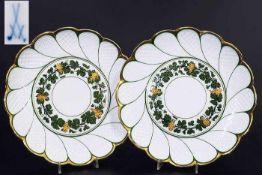 """Paar Zierteller. MEISSEN um 1860, 1. Wahl. """"Weinlaubdekor"""" mit reliefierten goldenen Trauben. Paar"""