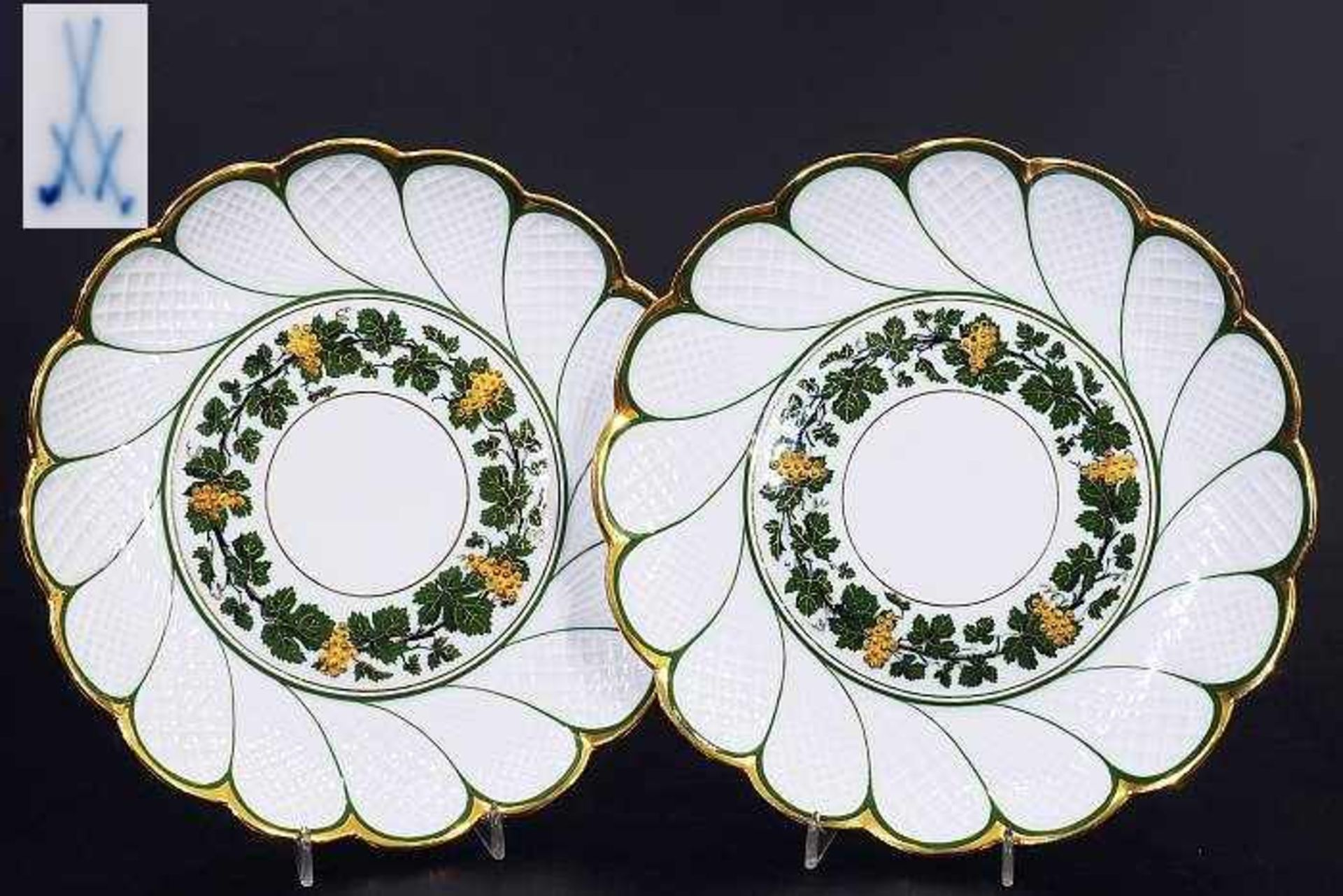 """Los 6 - Paar Zierteller. MEISSEN um 1860, 1. Wahl. """"Weinlaubdekor"""" mit reliefierten goldenen Trauben. Paar"""