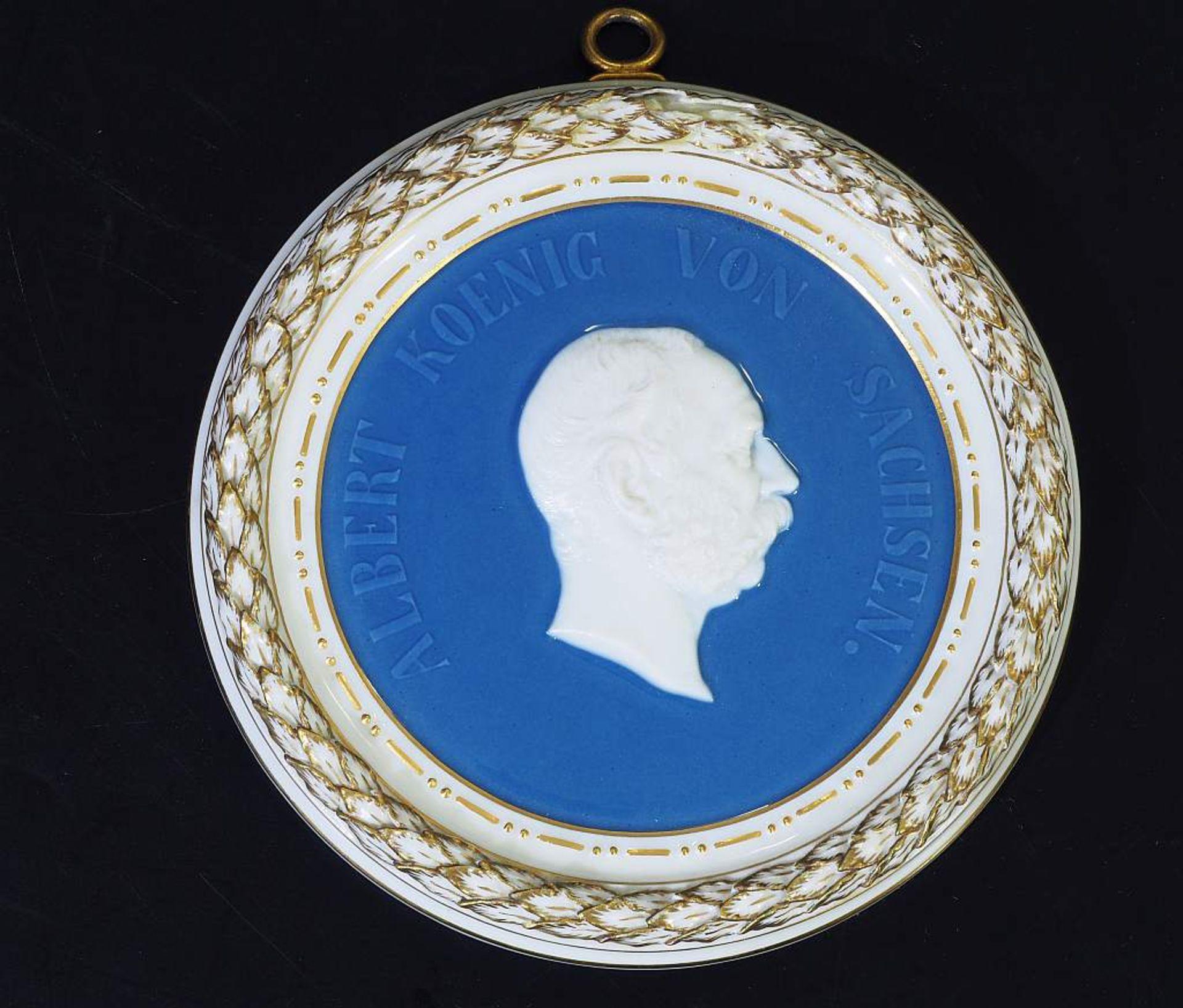 """Los 48 - Porträt-Relief """"Albert, König von Sachsen"""". Meissen um 1900, 1. Wahl. Porträt-Relief """"Albert,"""