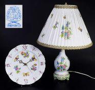 Tischlampe. Wanduhr. Tischlampe, Wanduhr. HEREND/Ungarn, 20. Jahrhundert. Farbig bemalt, gold