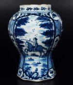 Blau-weiß Balustervase mit Architekturlandschaft.Blau-weiß Balustervase, wohl Delfter Fayence,