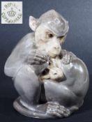 Zwei Affen, sich liebevoll umarmend. Zwei Affen, sich liebevoll umarmend. Naturalistisch