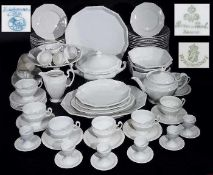 Umfangreiches Weißporzellan mit Perlrand verschiedener Manufakturen. Insgesamt 78 Teile.