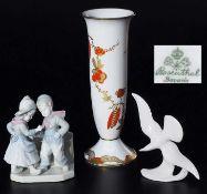 Drei Teile Konvolut.Drei Teile Konvolut. 1) Gefußte Vase, ROSENTHAL Bavaria. Ganzflächiges