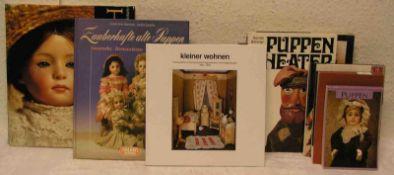 """Puppen. Posten von sieben Büchern aus dem Spielzeug/Puppenbereich. Dabei: """"Das großePuppenbuch""""."""
