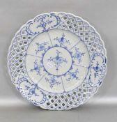 Tellergewellter durchbrochener Rand, Dekor Strohblume, indisch blau, Dm 27 cm, FM Rauenstein