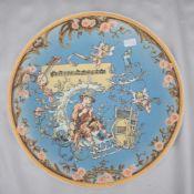 Tellerrund, breiter verzierter Rand, Spiegel mit Flötenspieler und Engel, limitierte Auflage, Dm