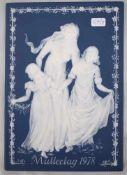 Reliefbildblaue Platte, mit weißer Verzierung und Mutter mit zwei Kindern, Muttertag 1978,