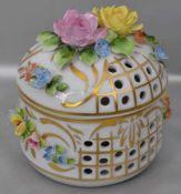 Duftdoserund, durchbrochen verziert, Wandung und Deckel mit halbplastischen Blüten, H 10 cm, Dm 10