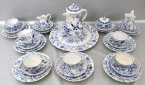 Konvolut Kaffeeservicefür sechs Personen, 34 Teile, Dekor blaues Zwiebelmuster, blaue Schwertermarke