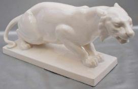 Tigerauf rechteckigem Sockel stehend, beigefarben glasiert, H 17 cm, L 42 cm, um 1920