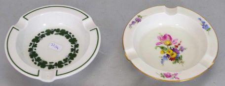 Zwei Ascherrund, Goldrand, Spiegel mit bunter Blumenbemalung bzw. grüner Rand, Spiegel mit