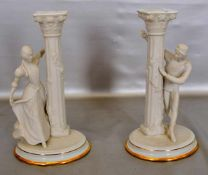 Paar TischkerzenleuchterBiskuitporzellan, 1-lichtig, auf ovalem Sockel, Goldrand, mit figürlicher