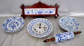 Konvolut fünf TeileKüchenuhr, zwei Teller, kleines Hängeregal und ein Teigroller, Dekor blaues