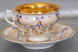 Tassemit Untertasse, gold verziert, mit lilafarbenen Ranken, FM, 19. Jh.