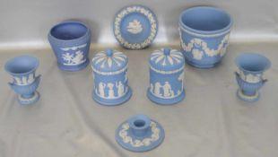 Sechs GefäßeÜbertöpfe, Ziervasen etc., blau, mit weißer Verzierung, verschiedene Ausführungen und