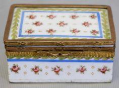 Tabatiererechteckig, verzierter Metallrand, Wandung und Deckel mit bunter Blütenbemalung, H 3 cm,