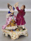 Tanzpaarauf gold verziertem Rocaillensockel, im Rokoko-Stil, bunt bemalt, best., H 13 cm