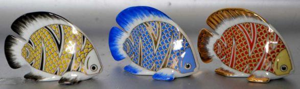 Drei Fischerot, gelb und blau bemalt, H 6 cm, L 8 cm, FM Limoges