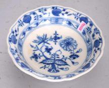 Schalerund, gewellter Rand, Dekor blaues Zwiebelmuster, Dm 14 cm, blaue Schwertermarke Meissen