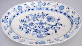 Anbietplatteoval, breiter gewellter Rand, Dekor blaues Zwiebelmuster, 33 X 47 cm, blaue