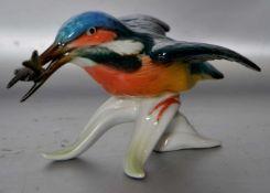 Eisvogel mit Fischauf Ast sitzend, bunt bemalt, H 8 cm, L 15 cm, FM Ens