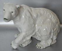 Sitzender Eisbärbemalt, H 26 cm, L 32 cm
