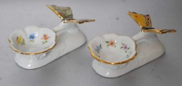 Zwei Salzschälchenrechteckig, runde Schale, Goldrand, mit Blüten verziert, mit plastischem buntem