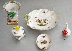 Konvolut fünf TeileBlattschale, kleine Deckeldose, kleine Schale, und zwei Vasen, verschiedene