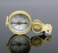 Kompass (um 1900)mit Thermometer und aufklappbarer Lupe; rückseitig verspiegelt; Bakelitgehäuse;