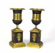Paar Beistellleuchter (19.Jh.)Bronze, feuervergoldet; tlw. geschwärzt; Sockel auf 3 Seiten mit