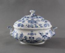 """Meissen Deckelterrine, """"Zwiebelmuster""""Porzellan, Blaumalerei. Ovale Form mit Voluten-Griffen,"""