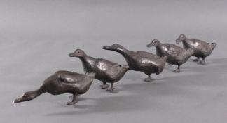 Kurt Arentz (1934-2014). EntenfamilieBronzeskulptur, 5 watschelnde Enten, auf der zweiten Ente von
