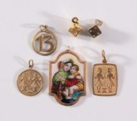 6 Anhänger aus 8 Karat Gelbgold2 Sternzeichen-Anhänger Zwilling, 2 kleine Würfel ca. Durchmesser 6