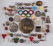 Olympische Spiele: Abzeichen, Anstecker etc.Insgesamt ca. 50 Teile. Thematisch werden die Olympiaden