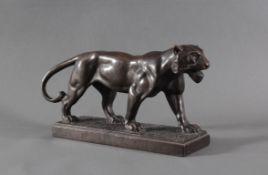 Skulptur einer Löwin aus Kupfer 1. Hälfte 20. JahrhundertPlastisch gestaltete Skulptur einer